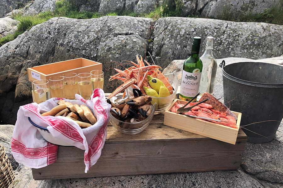 Fiska, bada och ät skaldjur på klipporna i vår vackra skärgård. All exclusive endast för dig och dina kära.