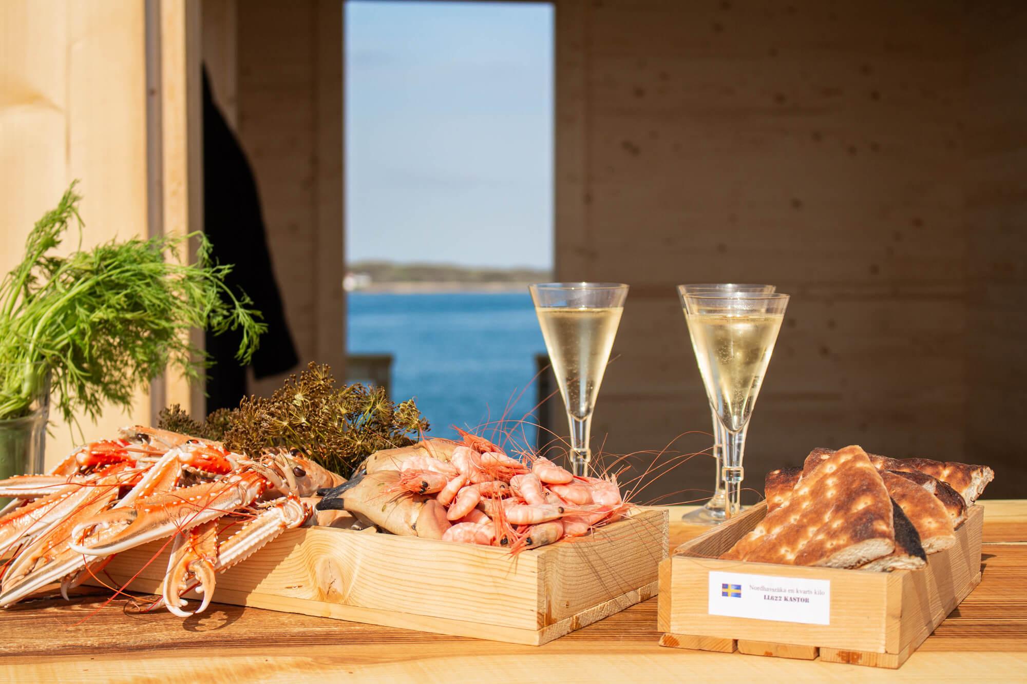 Fiska, bada och koka sommarens skaldjur på klipporna i vår vackra skärgård. En tur för dig som älskar skaldjur och salta bad.